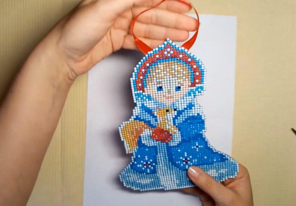 Пример изготовления ёлочной игрушки. Шаг 6. Можно прикрепить ленточку и повесить на ёлку.